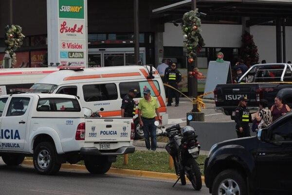 Al menos tres sujetos intentaron asaltar a un cliente en las afueras de la sucursal del BAC en Coronado. Foto: Alonso Tenorio