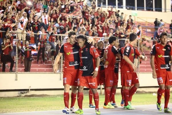 Salvatierra felicitó a McDonald por su gol.   DIARIO PANAMÁ AMÉRICA