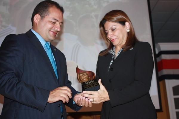 El presidente del Comité Olímpico Nacional, Henry Núñez, entregó el premio a la presidenta de la República Laura Chinchilla.