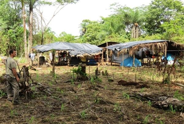 Los ocupantes hicieron ranchos dentro de la propiedad. Muchos de ellos llegaron desde Ciudad Quesada, según las autoridades. | ÉDGAR CHINCHILLA