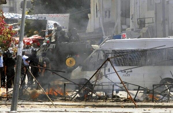 Policías desplegados ayer en Ettadhamen, centro de Túnez. | EFE.