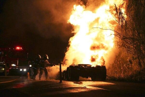 Camioneros que pasaban por el sitio, se bajaron y trataron de apagar el fuego con extintores, pero no pudieron minimizar las llamas. Los Bomberos llegaron al sitio a las 8:33 p. m. y controlaron el fuego.
