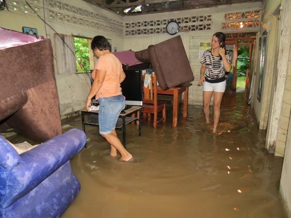 La casa de Carmen Lidia Villalobos en Palmar Norte, fue una de las afectadas por las fuertes lluvias de esta tarde en Osa. A las 6 p. m. seguía lloviendo.