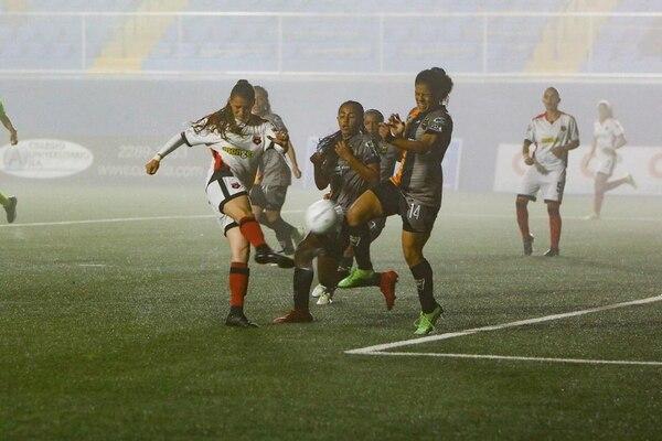 En medio de la neblina, que en algunos tramos del compromiso se hizo presente, Dimas Escazú derrotó 2-1 a Alajuelense. Cortesía. Alajuelense