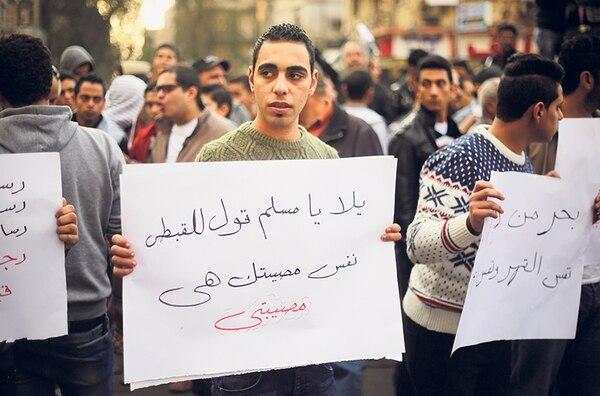Un egipcio sostiene una pancarta que dice