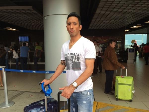 Lucas Barrios llegó a Costa Rica ayer a las 4p.m.   JOSÉ P. ALFARO