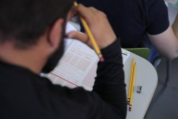 El IFOM es una prueba internacional cuyo propósito es medir el nivel de conocimientos de los alumnos de último año de Medicina para realizar el internado, que es la práctica profesional con pacientes que se hace durante el último año de carrera. En la foto, la prueba del 7 de noviembre del 2018, en el Cendeisss, en La Uruca. Foto: Jeffrey Zamora