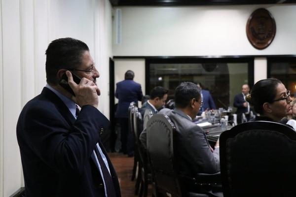 Rodrigo Chaves, ministro de Hacienda, cuando negoció la aprobación de una moratoria en impuestos en la Asamblea. Foto: Aarón Sequeira