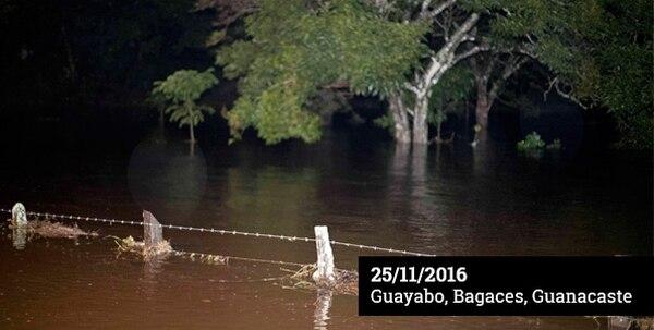 En Guayabo de Bagaces la emergencia tomó a los vecinos sin servicio eléctrico. Las llanuras de la zona norte facilitaron que el agua arrasara con cultivos y fincas lecheras.