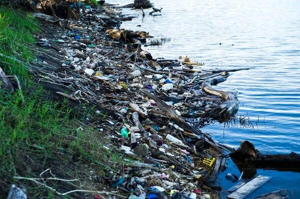En Costa Rica solo se recicla un 10% de las 564 toneladas de plástico que se generan diariamente. Muchas van a dar a los ríos y al mar. Foto: Ronald Pérez Brenes