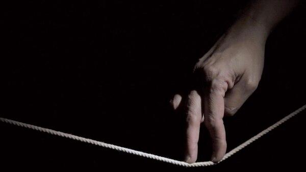 El video Sísifa (2015) es una especie de metáfora de nuestros pasos y sus incertidumbres.