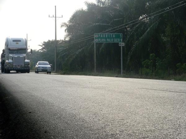 Vehículos de carga y turistas utilizan a diario la carretera Costanera. Los conductores no saben dónde está permitido adelantar | MARIO GUEVARA