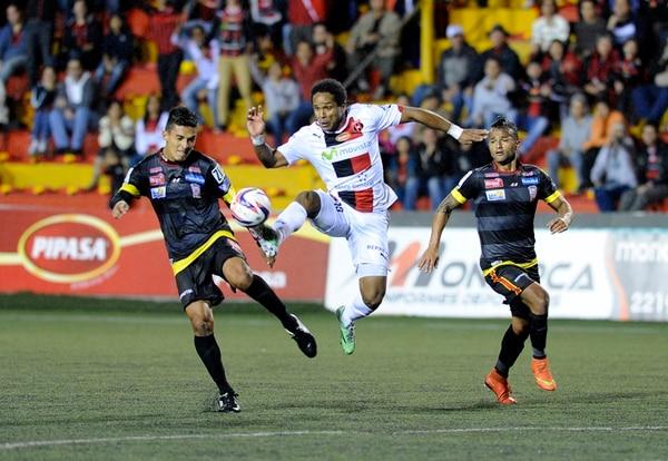 Jonathan McDonald le quita el balón a José Chan, ante la mirada de Ricardo Blanco (atrás). El delantero recibió muchas faltas y provocaciones del rival.   MELISSA FERNÁNDEZ