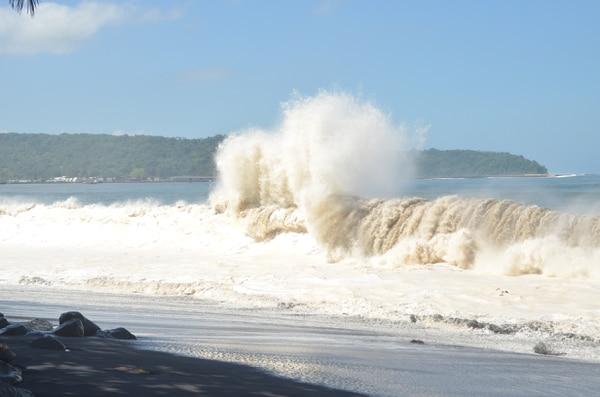 Según los expertos las grandes olas permanecerán hasta este martes.