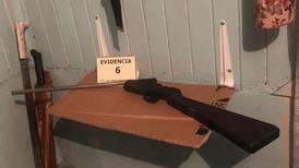 Dos hombres fueron detenidos en Alajuela por posesión de armas de fuego y un ave en cautiverio