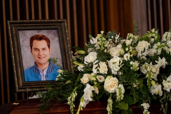 El personaje de Bryce Walker (centro) es la víctima en la tercera temporada de la serie '13 Reasons Why'. Fotografía: Netflix para La Nación