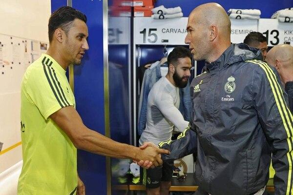Keylor Navas saluda a Zinedine Zidane en el primer día del francés al mando del Real Madrid.