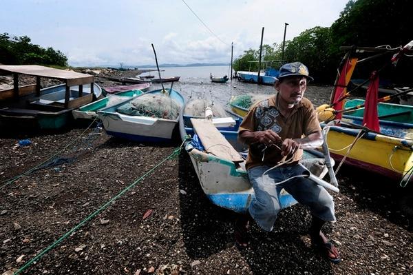 La zona 201 y 202 del Golfo de Nicoya, donde se encuentran comunidades como Puerto Pochote, Costa de Pájaros, Isla de Chira, Colorado, entre otros, son los lugares donde más atacan los piratas. Los asaltos contra pescadores ocurren en horas de la noche. A ellos les quitan pequeños motores, redes que utilizan para la pesca y hasta el pescado. Según guardacostas locales, ellos tienen sospechas de quienes cometen el delito, pero no pueden actuar por falta de denuncias. | JOHN DURÁN