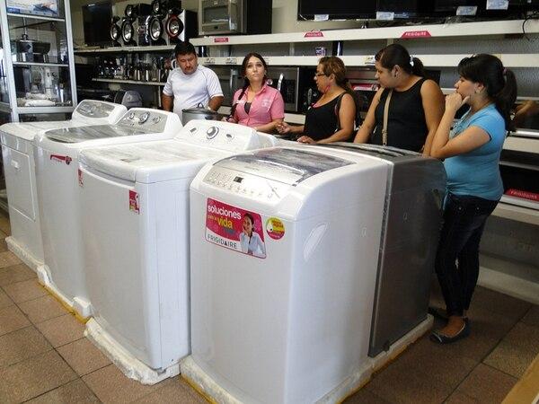 Lady Cordero (de rosado) atendió ayer viernes a clientes (que no se identificaron) en el local 42 del Depósito Libre Comercial de Golfito. Los comerciantes esperan una fuerte afluencia en noviembre y diciembre. | FREDDY PARRALES