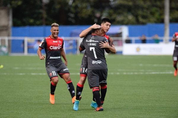 Christopher Meneses y Alex López felicitan a Freddy Álvarez, quien hizo un buen papel en los minutos que jugó. Fotografía: Diana Méndez.