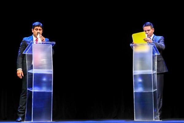 Carlos Alvarado, del PAC, y Fabricio Alvarado, Restauración Nacional, durante el debate organizado por la Uccaep, en el Auditorio Nacional, en el Museo de Los Niños. Foto: José Cordero