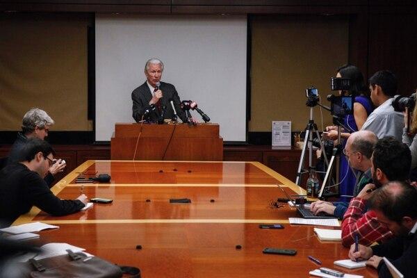 Daniel A. Pollack, mediador que preside las negociaciones de acuerdos entre la República de Argentina y sus tenedores de bonos, habla durante una conferencia de prensa en Nueva York.