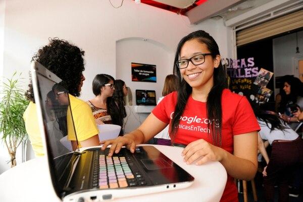 Las becas intentan involucrara más mujeres en carreras tecnológicas. Imagen con fines ilustrativos. Foto: Rafael Murillo