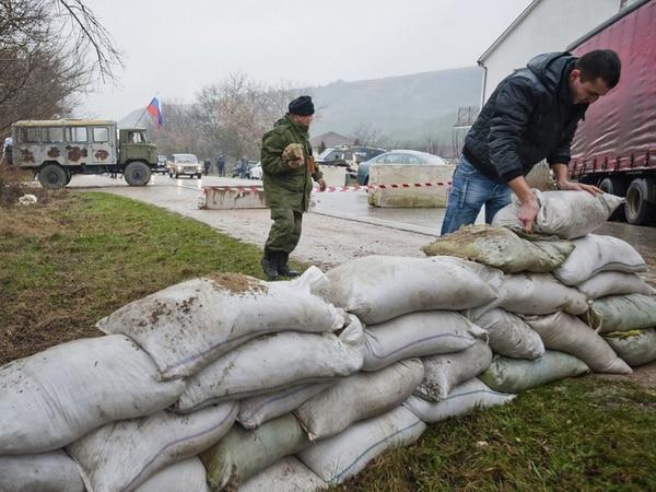 Habitantes rusos erigían una barrera en la carretera que comunica a Simferópol con Sebastopol, en la república autónoma de Crimea.