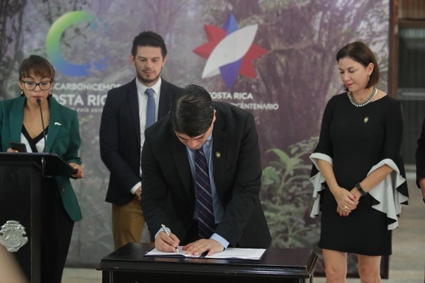 Carlos Alvarado en el momento de la firma de la Ley de Derecho al Tiempo. A la derecha, la ministra de Justicia, Marcia González. Foto: John Durán