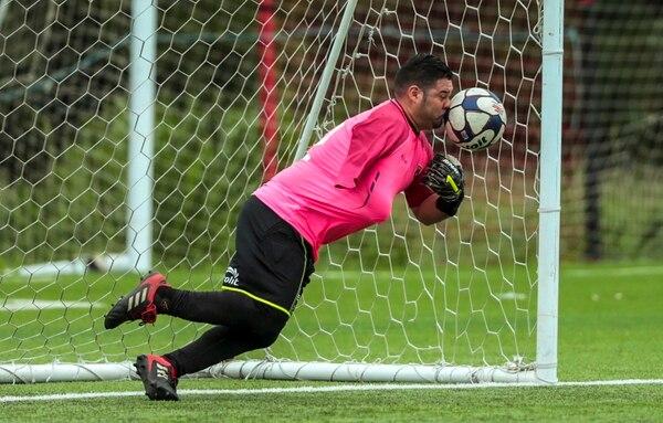 El guardameta de Alajuelense, Carlos Acuña, fue la gran figura del partido al detener dos remates en la definición de penales. Fotografía: Alonso Tenorio