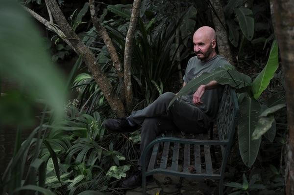 La casa de Sánchez, en Escazú, tiene jardín, varios espacios para trabajar y para meditar