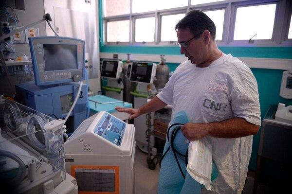 El neonatólogo Róger González Varela explicó el funcionamiento del equipo de última tecnología para hipotermia. Con este se induce el enfriamiento del bebé para tratar asfixias. Fotografía: Diana Méndez