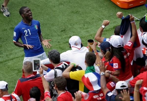 Joel Campbell celebró con las aficionados costarricenses la victoria de la Selección Nacional ante Italia.