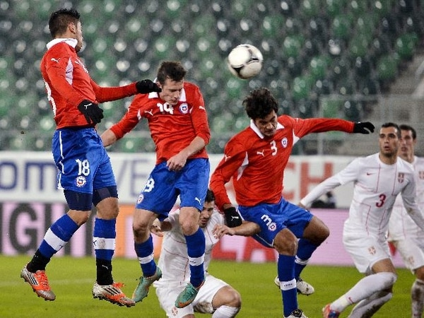 Angelo Henriquez anota el único gol de Chile. / AFP