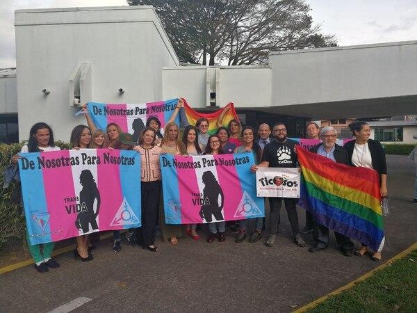 La tarde de este marttes, Ana Helena Chacón, vicepresidenta de la República, celebró el criterio de la Corte con activistas de la población LGBTI.