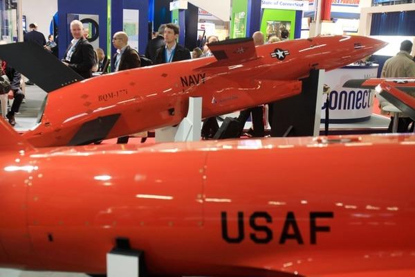 """Visitantes observan """"drones"""" construidos por la empresa estadounidense BEI. Se exhibe en la feria aeronáutica del aeropuerto Le Bourget, en París."""