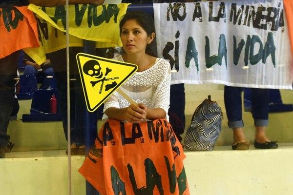 Una joven salvadoreña protestó este miércoles contra la minería en la Asamblea Legislativa en San Salvador.