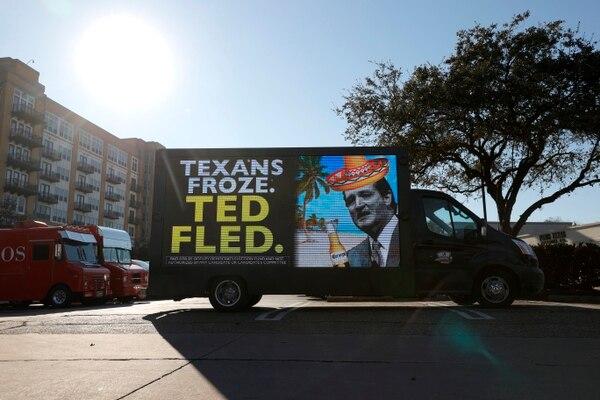 19 de febrero de 2021. Una camioneta con cartel de anuncios digitales muestra un mensaje de protesta contra el senador tejano Ted Cruz, quien viajó con su familia a Cancún, México, durante las tormentas de nieve sin precedentes en el estado. (TCruz regresó este viernes a Texas por las críticas en su contra) Foto: AFP