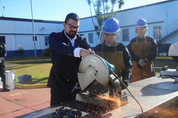 Las armas de diversos calibres quedaron en piezas. El viceministro de Seguridad Eduardo Solano destruyó algunas. Foto: MSP.