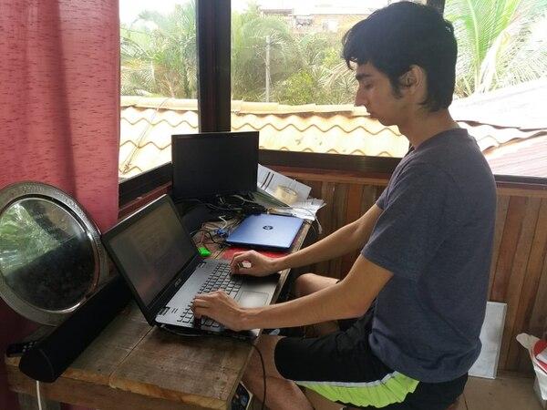 Diego Armando Céspedes Solís tiene 18 años, y estudia Informática en el Colegió Técnico Profesional de San Carlos. Foto: Carlos Hernández para LN