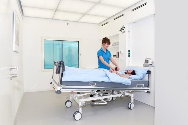 En el Centro de Medicina Aeroespacial en Colonia los participantes tienen personas que les asisten en todas sus actividades. Fotografía: ESA. El participante de este estudio dio permiso de uso de imagen siempre y cuando no se difundiera su nombre.