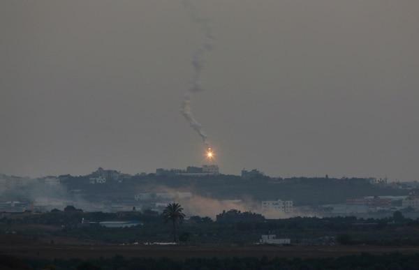 Un cohete palestino cae en la frontera entre Israel y Gaza.