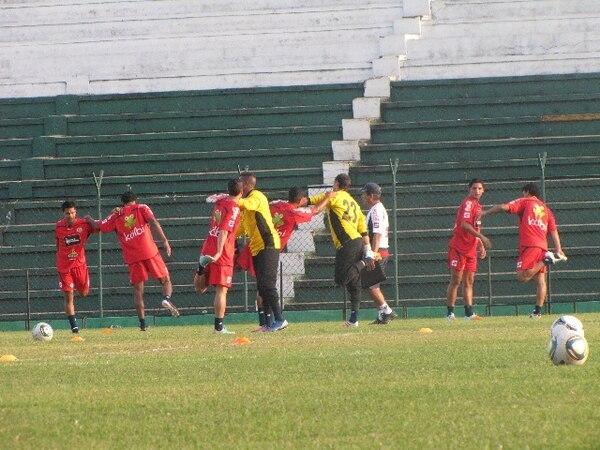 Los seleccionados nacionales reconocieron la cancha del Tahuichí Aguilera a las 3 p.m. (5 p.m., hora de Costa Rica).   FERNANDO ARAYA