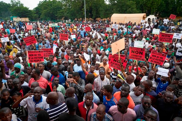 Con pancartas, los habitantes se manifestaron en contra del jefe de estado saliente, Ibrahim Boubacar Keita, el domingo 12 de agosto del 2018, en la ciudad de Arkodia, Mali. AFP