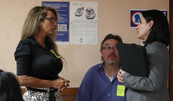 Cristina García Chacón (izquierda) conversa con la querellante Raquel Castellón.