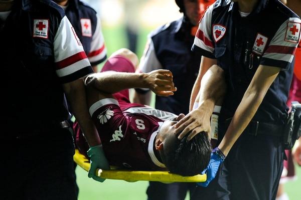 El mediocampista saprissista Juan Bustos Golobio abandonó el campo del estadio morado en camilla, el jueves pasado, tras caer lesionado de su tobillo izquierdo en el juego ante Pérez Zeledón.   LUIS NAVARRO