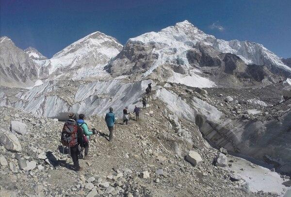 La montaña más alta del mundo debe su nombre más conocido en Occidente a George Everest, el geógrafo británico que lidero las primeras mediciones de la cumbre a mediados del siglo XIX. (Foto de archivo de AP Photo/Tashi Sherpa, file)