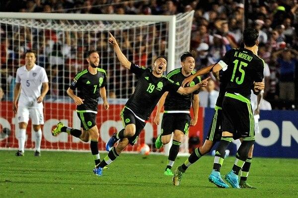 El atacante mexicano Oribe Peralta (19) festeja el segundo gol de México frente a los Estados Unidos en juego de octubre del 2015. | AFP