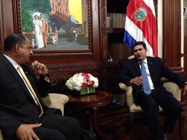 Luis Guillermo Solís se encontró este miércoles con el presidente de Honduras, Juan Orlando Hernández, para extenderle la invitación formal al traspaso de poderes.