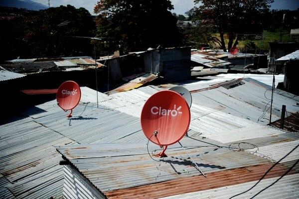La presencia de Claro en el precario Triángulo de la Solidaridad, en Tibás, es evidente. También algunas antenas de Sky pueblan el panorama de zinc en las viviendas. | MARCELA BERTOZZI.
